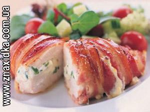 Кулинарные рецепты для сковороды гриль, Чудо-гриль, Грибы отварите и мелко нарежьте. Мелко нарежьте лук и обжарьте на растительном масле до золотистого цвета. Добавьте грибы и обжарьте вместе с луком. Дайте грибному фаршу остыть и высыпьте на сковороду тертый сыр, чтобы он схватился. Нарежьте куриную грудку кусками толщиной 2 см. Сделайте в каждом куске глубокий надрез(карманчик). Отбейте, посолите и поперчите мясо. Начините кармашки грибным фаршем и заколите шпажками. Запекайте в гриле до готовности.