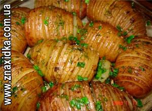 Кулинарные рецепты для сковороды гриль, Чудо-гриль, Тщательно моем картофель. Затем кладем каждую картофелину между двумя шпажками и режем, не прорезая до конца на толщину шпажки. Мелко режем зелень и чеснок. Каждую картофелину солим, перчим и заворачиваем в фольгу вместе с кусочком бекона, зеленью и чесноком. Запекаем в гриле в течении часа. Затем аккуратно открываем фольгу сверху и печем еще около 10 мин для образование румяной корочки.