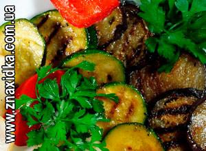 Кулинарные рецепты для сковороды гриль, Чудо-гриль, После овощей в свежем виде самыми полезными считаются овощи, приготовленные на гриле. Если их предварительно замариновать, вкус намного улучшится, и пропекутся они быстрее. Баклажаны нарезать кружочками, посыпать солью, оставить на 15 минут. Промыть, обсушить. Кабачки нарезать кружочками, перец – полосками, лук – дольками, у шампиньонов отрезать ножки. Смешать масло с лимонным соком, добавить измельченный чеснок, зелень, посолить и поперчить. Залить маринадом овощи, перемешать и оставить мариноваться как минимум на час (поставить в холодильник). Запечь на гриле до готовности. В оставшийся маринад добавить немного меда, полить овощи сверху. Подавать горячими, посыпав мелко нарезанной свежей зеленью.